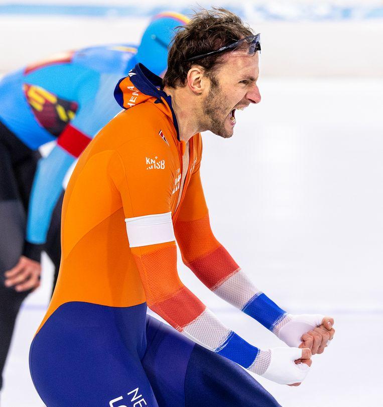 Thomas Krol schreeuwt het uit nadat hij de 1500 meter heeft gewonnen. Beeld Klaas Jan van der Weij