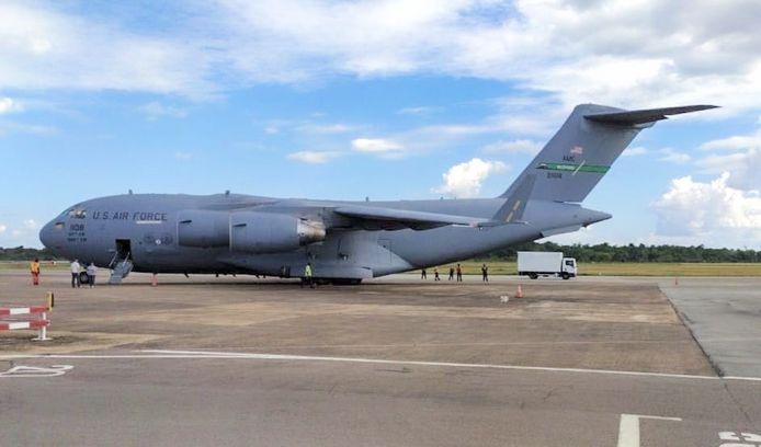 Een Amerikaans legervliegtuig in Paramaribo van de delegatie die het bezoek van Pompeo voorbereidt.