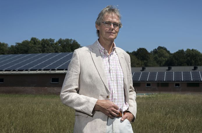 """Jeroen Jansen van Coöperatie Enschede Energie bij zonnepanelen op het dak van een boerenschuur aan de Zuid Eschmarkerrondweg. """"Blij dat we nu na een oponthoud van twee jaar eindelijk verder kunnen met de realisatie van drie zonneparken."""""""