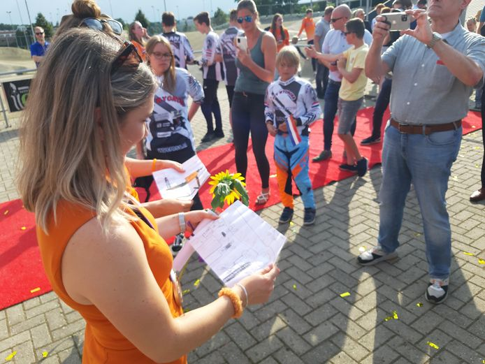 Merel Smulders wordt gehuldigd bij Wycross om haar bronzen Olympische medaille. Merel en Laura (niet zichtbaar) bekijken de tekening van Daan (met vlaggetje).
