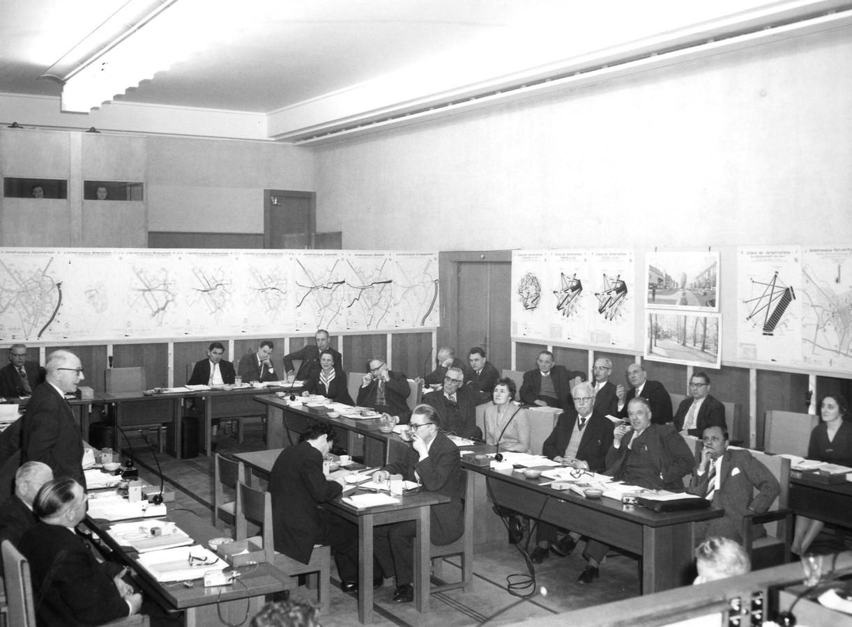 Prof. Feuchtinger presenteert zijn verkeersplan in een besloten raadsvergadering in het stadhuis op 15 januari 1959.