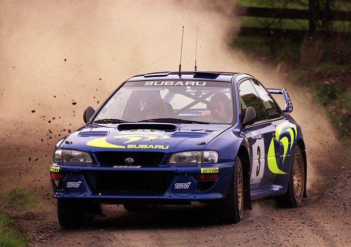 Colin McRae  achter het stuur van zijn Subaru Impreza.