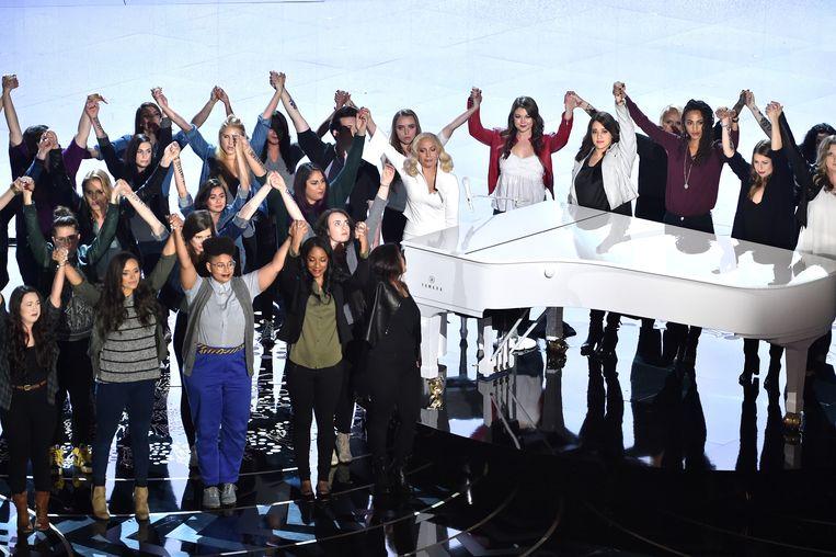 Lady Gaga, omringd door mensen met het opschrift