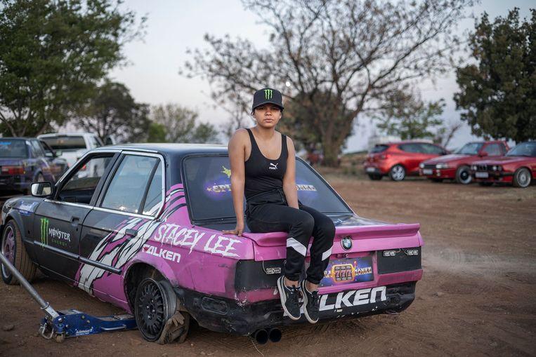 De Zuid-Afrikaanse Stacey-Lee May poseert op haar auto bij een spinning-evenement in Alberton. Spinning is in dit geval wat anders dan zwoegen op een fiets in de sportschool, hier ga je stunten met je auto.  Beeld AFP