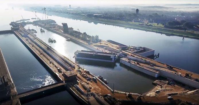 Een luchtfoto van de werkzaamheden aan de nieuwe Zeesluis in het Noordzeekanaal nabij IJmuiden.