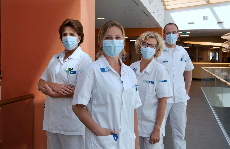 Zorgreservisten Janneke Sluys (links), Marijke de Wit (midden), Anita de Groot en verpleegkundige en zorgcoördinator Teunis Koppelaar in het Beatrixziekenhuis.