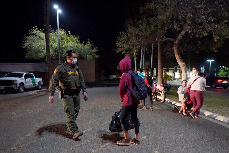 Sinds Joe Biden president is, is het aantal kinderen dat alleen naar de Amerikaanse grens reist enorm toegenomen. Beeld AP