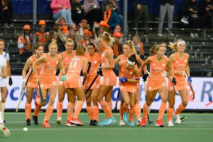 De Nederlandse hockeysters vieren een feestje.