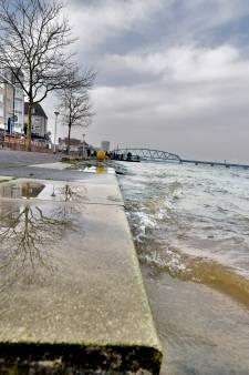 Hoogwater zakt, Waalkade weer open