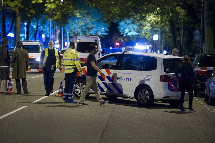 De politie heeft de omgeving afgezet in Amstelveen na de moord op crimineel Gwenette Martha in mei 2014.