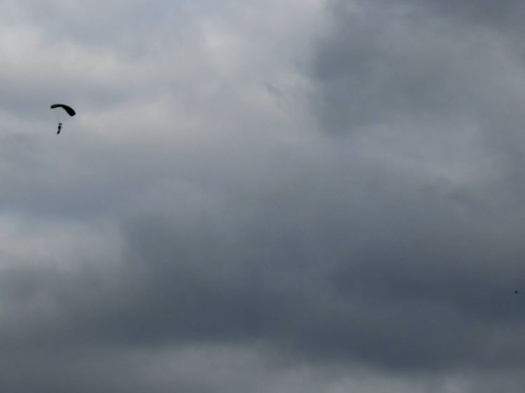 Parachutisten van Defensie springen uit vliegtuig boven Lonneker