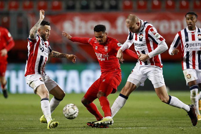 FC Twente-spits Danilo wist zich geen raad met het verdedigende blok van Willem II, met Pol Llonch (links) en Sven van Beek. Zelfs schaduwspits Mike Trésor (geheel rechts) komt kijken of zijn hulp gewenst is.