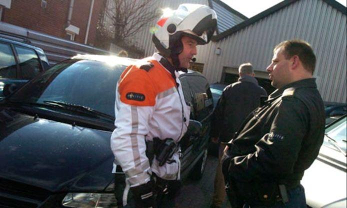 De ontruiming van Auto Garant aan de Lipperkerkstraat, in april 2006, ging gepaard met veel politievertoon. Archieffoto: DTTC