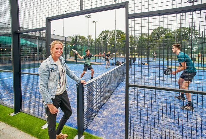 Hanneke Ketelaars bij de padelbanen op tennispark De Krekel.