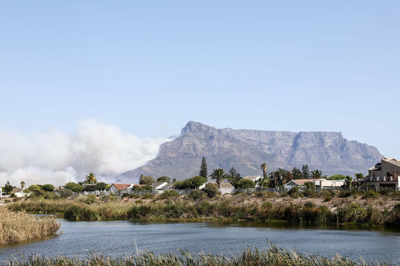 Door de brand hangt er een dikke rookpluim in de omgeving van de Tafelberg.