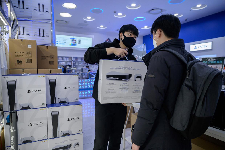 Goedkopere versies van de PlayStation 5 lijken massaal te zijn opgekocht om door te verkopen.   Beeld AFP