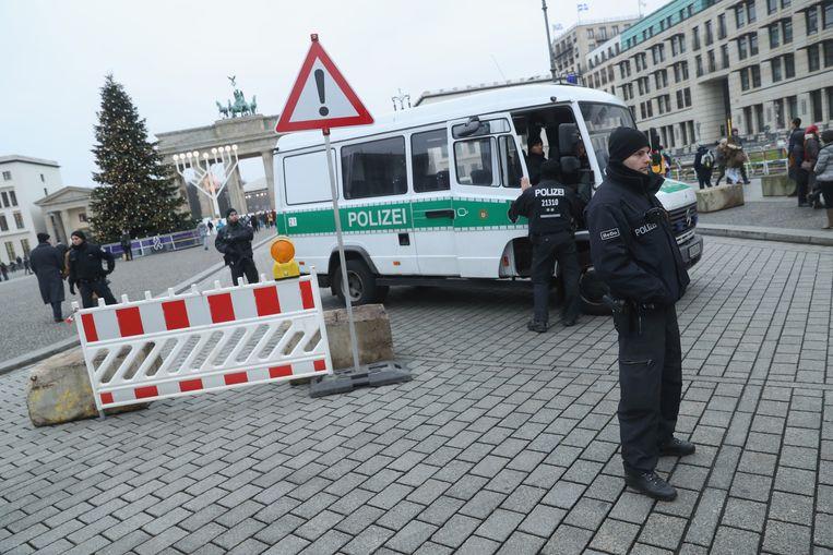 Politie in Berlijn, waar het dreigingsniveau hoog blijft na de aanslag van maandagavond. Beeld Getty Images