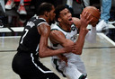 Giannis Antetokounmpo (rechts, Bucks) in duel met Kevin Durant (Nets)
