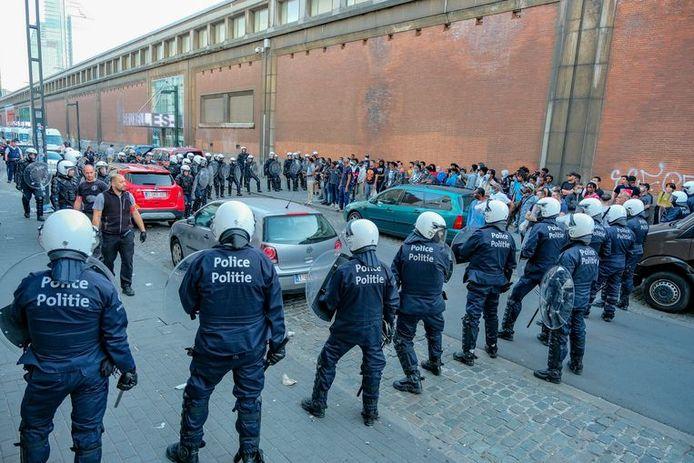 La police a encerclé un groupe de transmigrants derrière la gare du Nord.