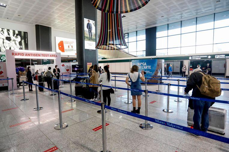 Amerikaanse passagiers arriveren op een vliegveld nabij Milaan. Beeld EPA