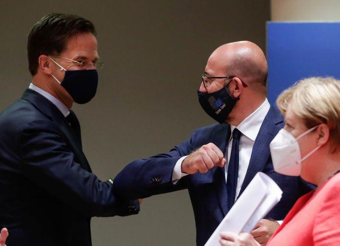 Voorzitter Charles Michel (midden) met de Nederlandse premier Mark Rutte (links) en de Duitse bondskanselier Angela Merkel (rechts).
