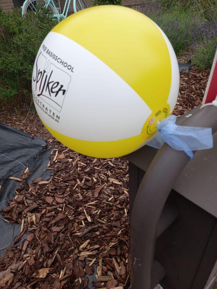 Basisschool Spijker verrast de leerlingen met een unieke strandbal aan de voordeur of de brievenbus.