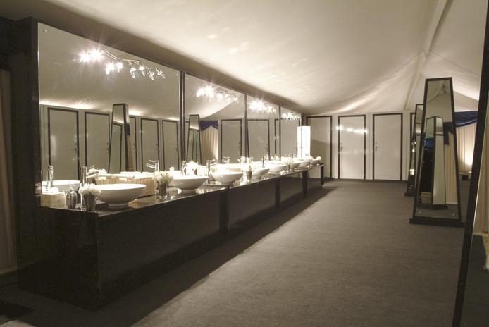 In de partytent zijn luxe toiletten voor de gasten geïnstalleerd.