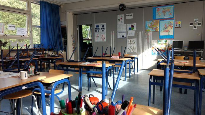 En ook bij CBS Beatrix in Rotterdam blijven de stoelen het eerste uur op de tafels.