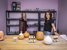 Maud en Elke uit Oldenzaal verkopen etherische oliën en diffusers voor aromatherapie: 'Bizar hoe snel we groeien'