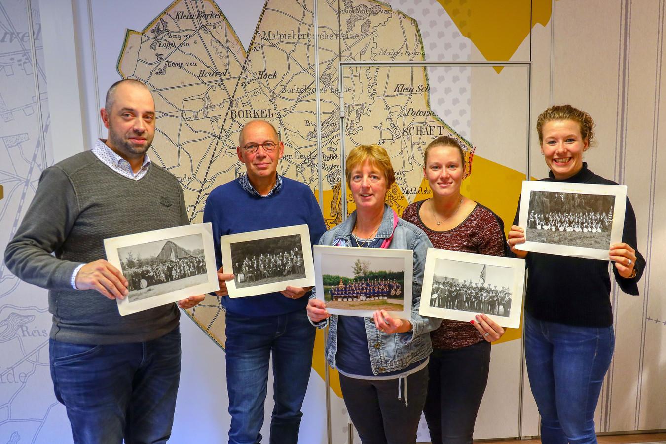 Fanfare EMOS bestaat 100 jaar. Nol Kijken, Bernard Baken, Annemie Gerritsen, Danique de Krom en Mariëlle Schellekens (v.l.n.r.) zijn bezig met activiteiten organiseren.