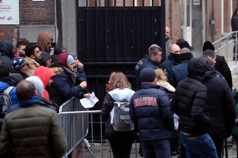 Asielzoekers aan het Klein Kasteeltje in Brussel. Beeld Photo News