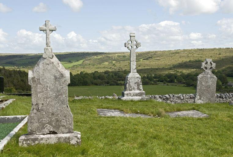 In nationaal park The Burren spot je tientallen hunnebe-achtige grafmonumenten.  Beeld Alamy Stock Photo