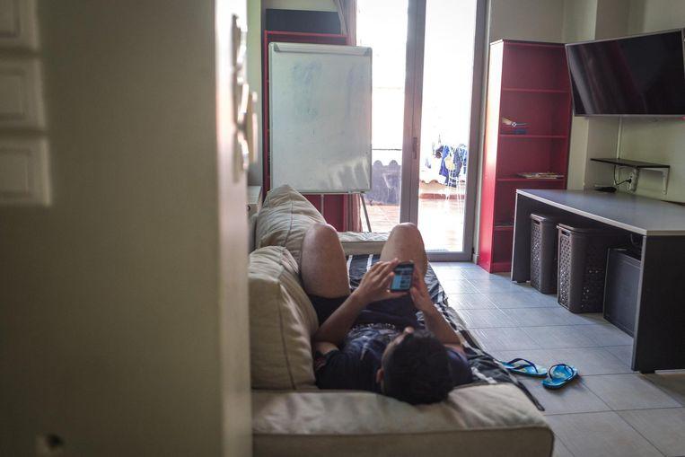 Een migrant in een opvanghuis van de organisatie van Praksis. Beeld Nicola Zolin