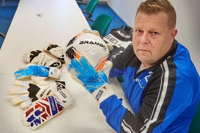 Oud-bouwvakker Walter Schuurman zit nu in de keepershandschoenenbusiness.