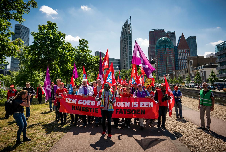 Actievoerders tijdens hun mars door Den Haag. Beeld Freek van den Bergh