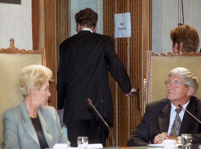 Na een korte verklaring verlaat Bert Spahr van der Hoek op 22 juni 2000 de raadsvergadering en zijn Middelburgse burgemeesterspost. Links VVD-wethouder Joan van Dijk-Sturm, rechts R. Visser van AOV/Unie 55+. Later in de vergadering werd een motie van wantrouwen tegen Spahr aangenomen met zeventien stemmen voor en twaalf tegen.