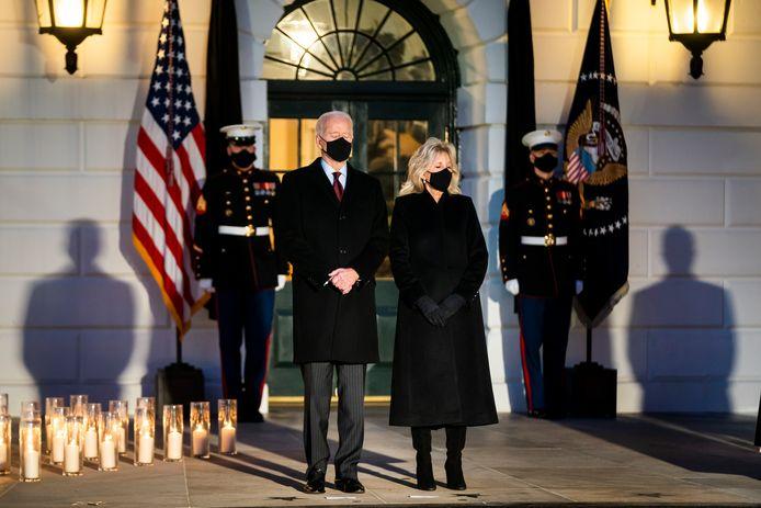 Joe en Jill Biden houden een minuut stilte voor de slachtoffers.