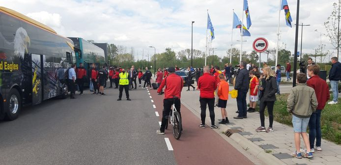 De spelers van Go Ahead Eagles vertrekken met de bus naar Rotterdam.