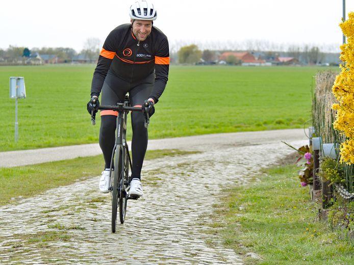 Verslaggever Raymond de Frel test de kasseistrook aan de Knolweg bij Clinge. Wielerplatform Bicycling wil de weg in ere herstellen.