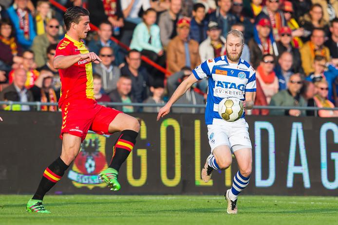 GA Eagles-speler Robin van der Meer (links) in duel met Nathaniel Will van De Graafschap.