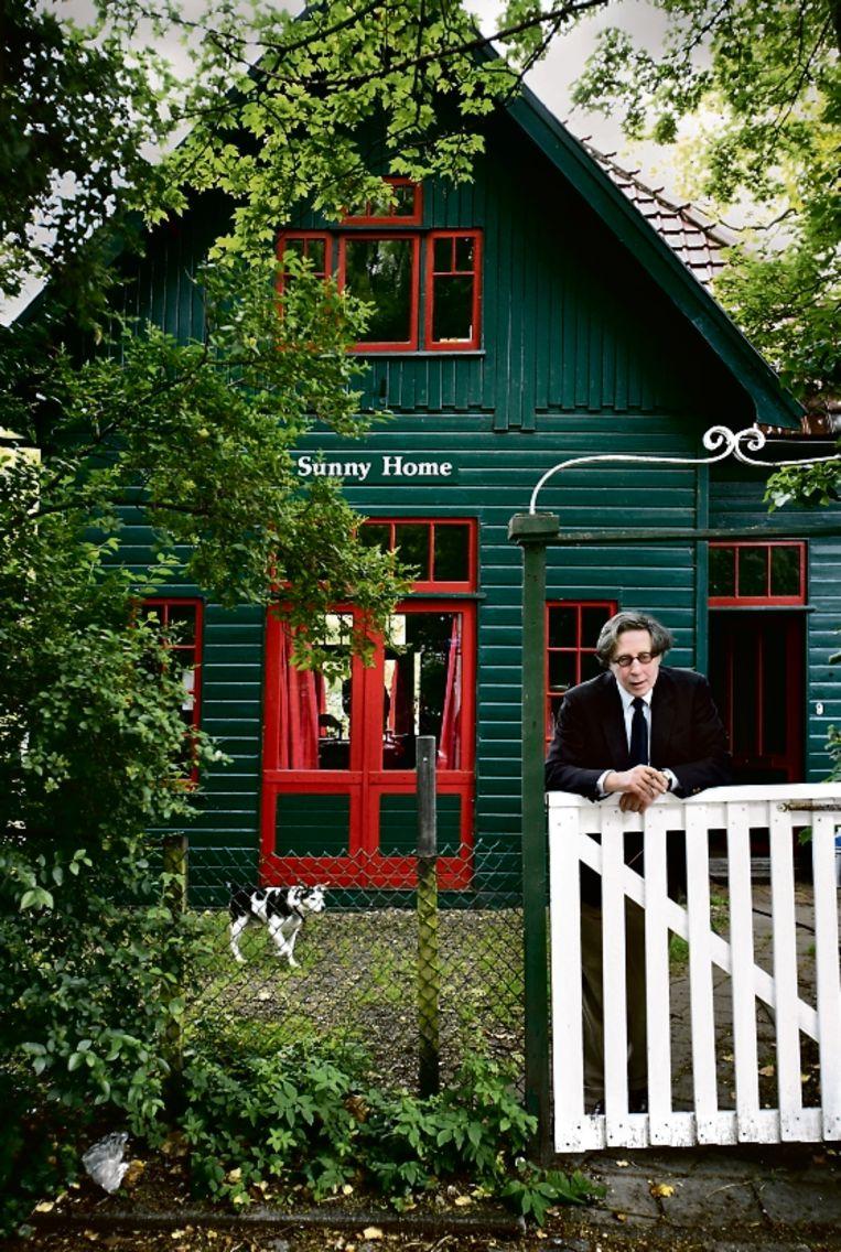 De schrijver Maarten Biesheuvel  in 2007 met hond Bruno, thuis in hun 'Sunny Home' in Leiden Beeld