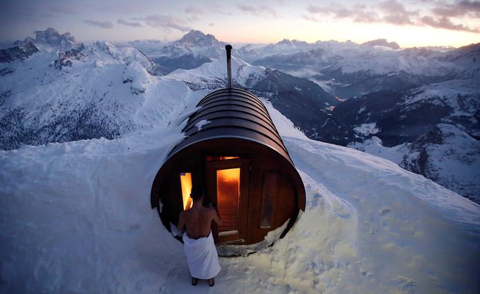 Een badgast stapt de sauna binnen op de piek van de Italiaanse berg Lagazuoi in Cortina D'Ampezzo. Foto Stefano Rellandini