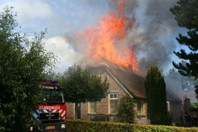 Een boerderij aan het Goorland in Broekland brandde volledig af. foto JOHN STEVENS