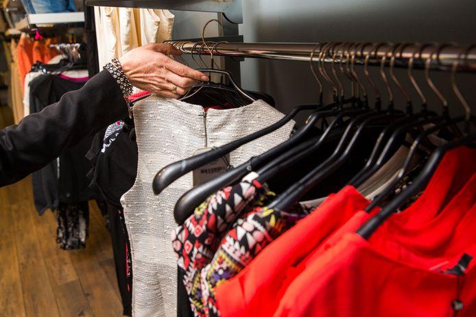 Wijkwinkel Bij Betje heeft een weggeefhoek met kleding en speelgoed.