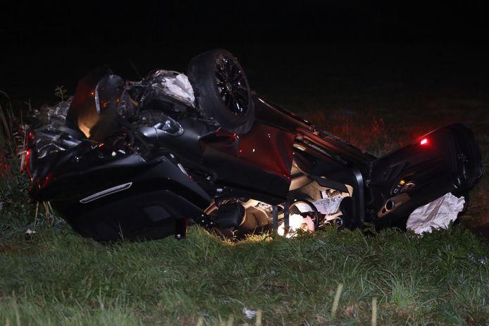 Twee auto's zijn zondagavond rond 22.55 uur door een botsing in de sloot terecht gekomen langs de A50 bij Veghel.