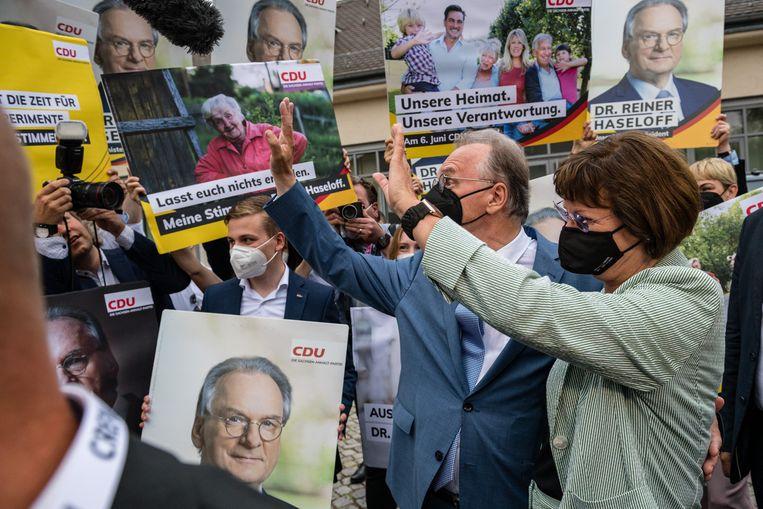 Lokale CDU-leider Reiner Haseloff en zijn vrouw Gabriele vieren de goede uitslag. Beeld Getty Images