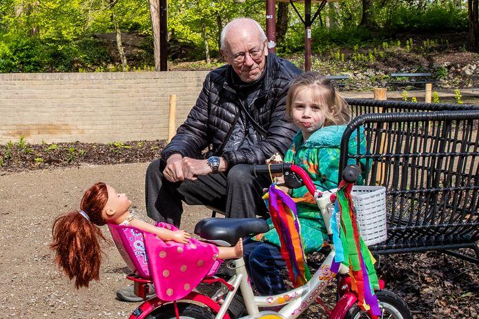 Opa Willie Giugie en kleindochter Mila; jong en oud genieten van het opgeknapte Vogeleiland en herinneringen aan vroeger komen weer naar boven.