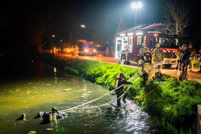 Na een botsing met een auto is een brommobiel zaterdagnacht in het water langs de Benedeneind Zuidzijde in Benschop beland. De inzittenden zijn naar het ziekenhuis vervoerd.
