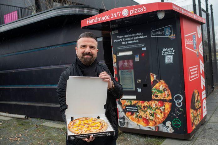 Atilla Ertas bij zijn pizza-automaat