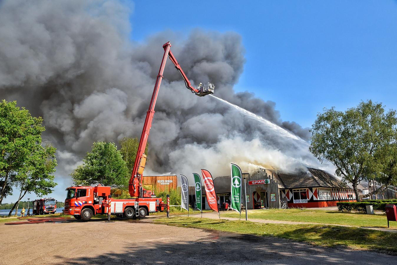 Het hoofdgebouw van het vakantiepark van de Beekse Bergen is woensdag volledig door brand verwoest.